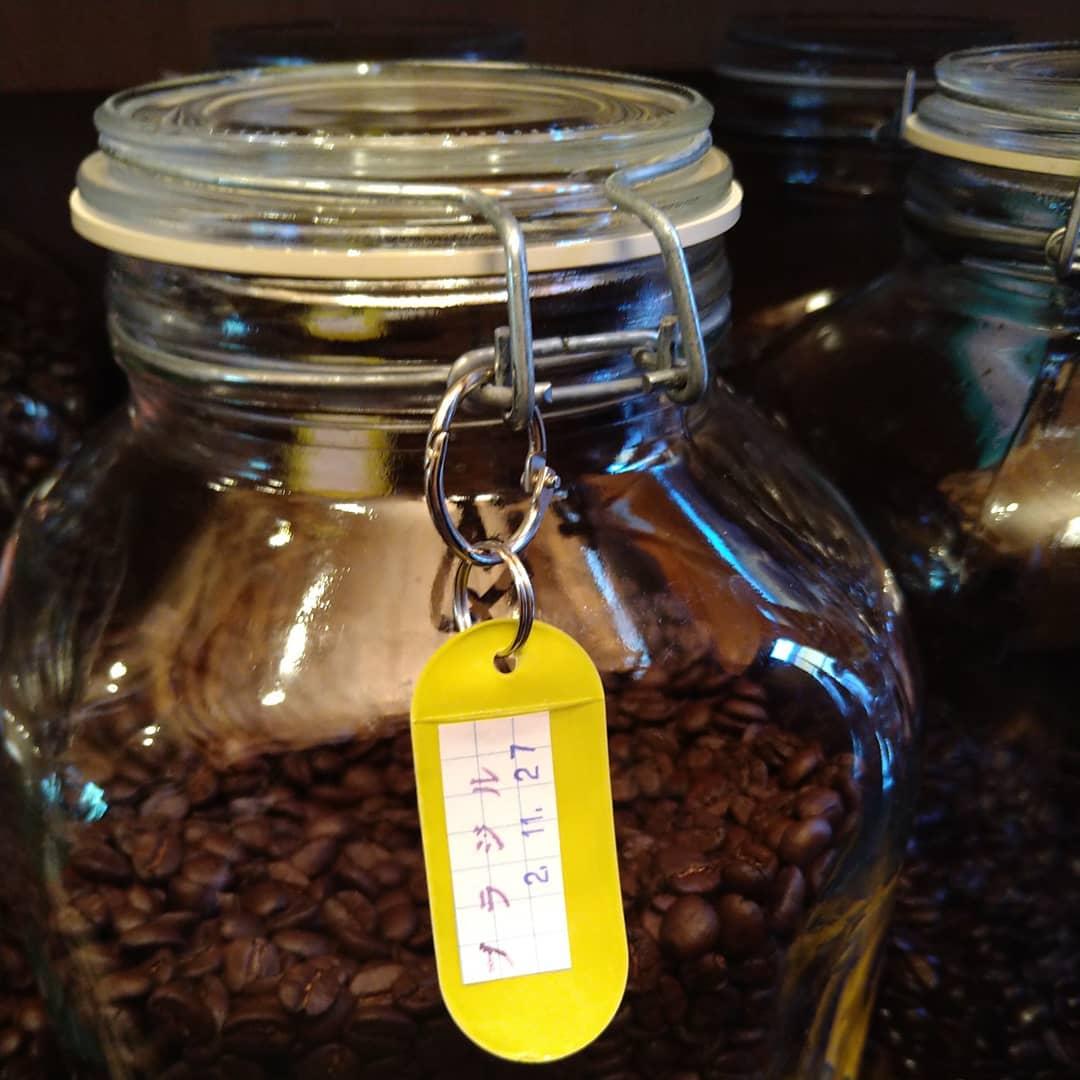 今日も元気に営業中です!  昨日焙煎したブラジルとっても良い香りです  前日アナウンスした電動ミルの写真です。  となりの珈琲ボトルは「カフアコーヒーボトル」です。  ステンレスの魔法瓶構造ですが、内側のコーティングがテフロンです。 テフロンコーティングもフッ素コーティングの仲間ですが、コーティング効果は別格です。 コーヒーの味の変化を抑えることが出来ます。  挽いても挽かなくてもコーヒーの価格は変わりませんが、挽いてしまうとコーヒーの香りは逃げやすくなります。  せっかく払うコーヒー豆の価値を下げない為にご提案したい、電動ミルとコーヒーボトル。  もしよろしければご検討下さい。  それとこれから、クリスマス用ブレンドの試作を始めます。 テーマはケーキの生クリームやチョコレートの邪魔をしない苦甘コーヒーです。  口当たりが苦くて甘味を感じ余韻の 強過ぎなく雑味の無いブレンド! 頭の中のイメージ通り行くのか楽しみです。  出来たら即時販売を始めます。 ご期待下さい。  本日のコーヒーは コロンビア アイスブレンド デカフェ   です。  是非お立ち寄り下さい。  皆様の1日が健やかで幸せにありますように そして今日出逢う珈琲が皆様に幸せを運べますように      # 喫茶店