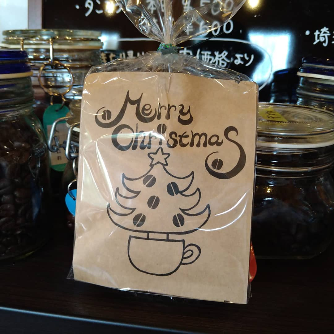 今日も元気に営業しております。  新デザインパッケージのドリップバッグ販売しております。  今年のクリスマスはご家庭でのイベントになる方が多そうなので、ご家庭で迎えるクリスマスが幸せであってほしいと、クリスマス用のデザイン依頼を致しました。  是非ご家庭用に、プレゼント用にお使い下さい。  家族や同僚、友人達の幸せをみんなが願い合って過ごしたら、今年のクリスマスも素晴らしい笑顔溢日々になると信じております。  もしよろしければご検討下さい。  本日のコーヒーは タンザニア アイスブレンド デカフェ    です。  皆様の1日が健やかで幸せにありますように そして今日出逢う珈琲が皆様に幸せを運べますように         # 喫茶店