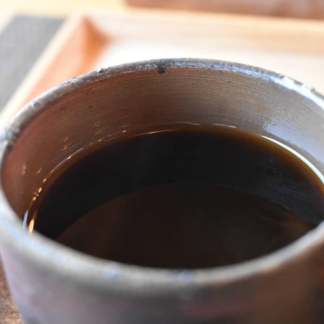 今日は火曜日ですが営業しております。  今日は昨日と違いホットコーヒーですよね! 本当に昨日はアイスコーヒーの注文が多かったです。  今日はホットを、ゆっくりお楽しみ下さい。  本日のコーヒーは コロンビア アイスブレンド デカフェ    です。  木曜日に焙煎した ジャワアラビカ モカレケンプティ コロンビア タンザニアブルンジ モカシダモ  飲み頃ですよ。  是非お立ち寄り下さい。  皆様の1日が健やかで幸せにありますように。 そして今日出逢う珈琲が皆様に幸せを運べますように。  # 喫茶店  #コーヒー好きな人と繋がりたい