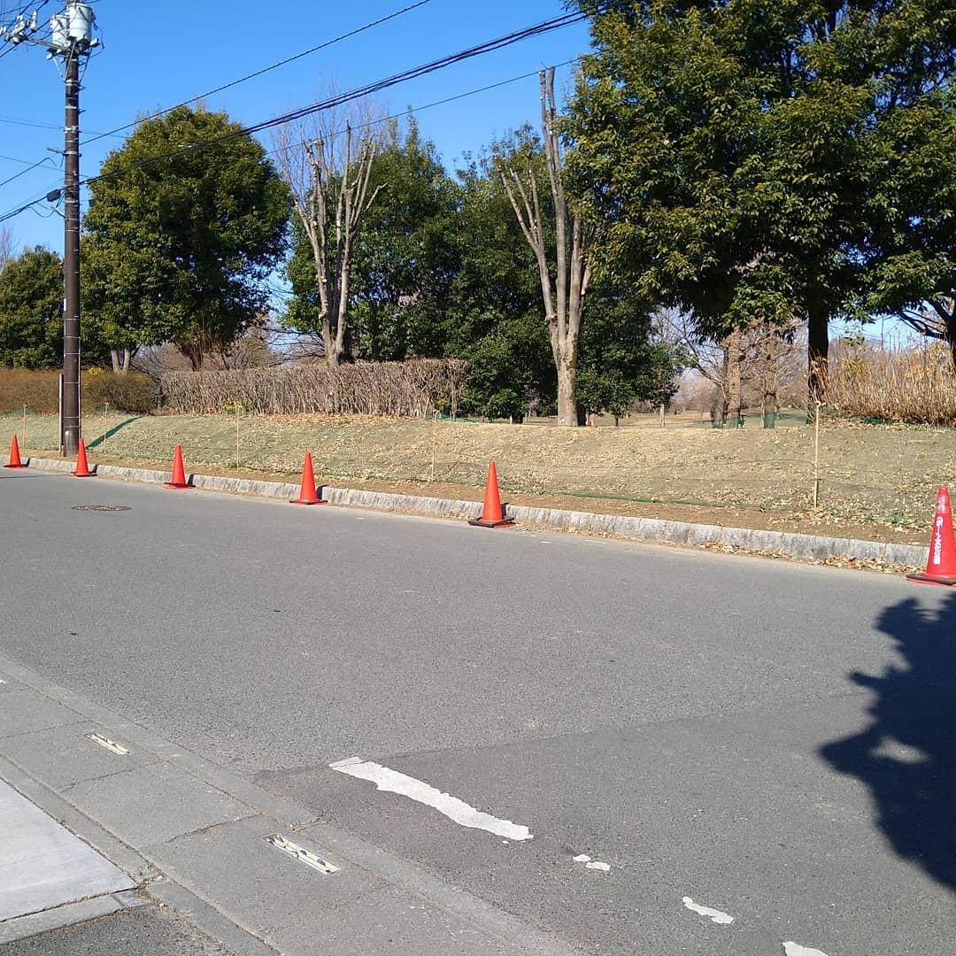 今日も元気に営業中です。  およっ!どこの写真?となると感じられると思いますが、 #熊谷スポーツ文化公園 の外周の写真です。  本日は  と  の試合があり路上駐車防止の為コーンが立てられております。  当店前の道路も有効幅が僅かですが少なくなっておりますので、ご来店の際に車両がすれ違うときにはお気をつけ下さい。  先日焼いた、 グアテマラ マンデリン モカシダモ  とても良い香りを放っていますよ!  是非お立ち寄り下さい。  本日のコーヒーは ブルンジ アイスブレンド デカフェ   です。  皆様の1日が健やかで幸せにありますように そして今日出逢う珈琲が皆様に幸せを運べますように          # 喫茶店