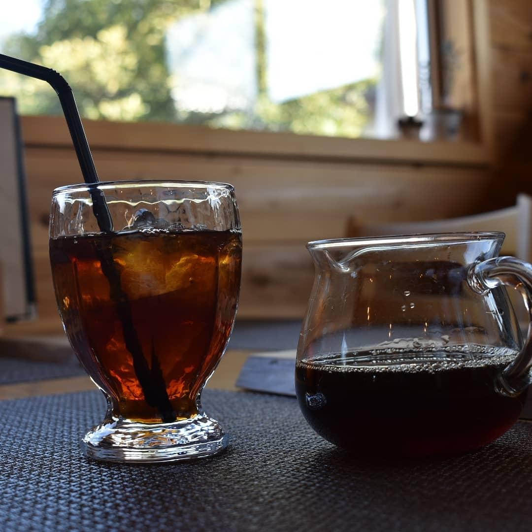 今日も元気に営業中です。  今日の暑さもアイスコーヒーですよね!  午前中からアイスコーヒーをテークアウトされる方が多いです。  アイスコーヒーのブレンドしたばかりなのに、本日も作らないと間に合いそうにありません。  もちろんアイスブレンド豆での販売もしておりますよ。  少し前になりますが、ご来店頂いた、とってもステキなご夫婦に頂いた胡蝶蘭が可愛らしくてしかたありません。  なんてステキな出逢いのある仕事をさせて頂けているのだろうと実感しながら胡蝶蘭を愛で、そして当店のために胡蝶蘭を選んでプレゼントして下さった優しさに励まされています。  そして明日の看板犬コロンの誕生日(天皇誕生日)は朝9時から臨時営業中致します。  是非お立ち寄り下さい。  本日のコーヒーは コロンビア アイスブレンド デカフェ   です。  皆様の1日が健やかで幸せにありますように そして今日出逢う珈琲が皆様に幸せを運べますように          # 喫茶店