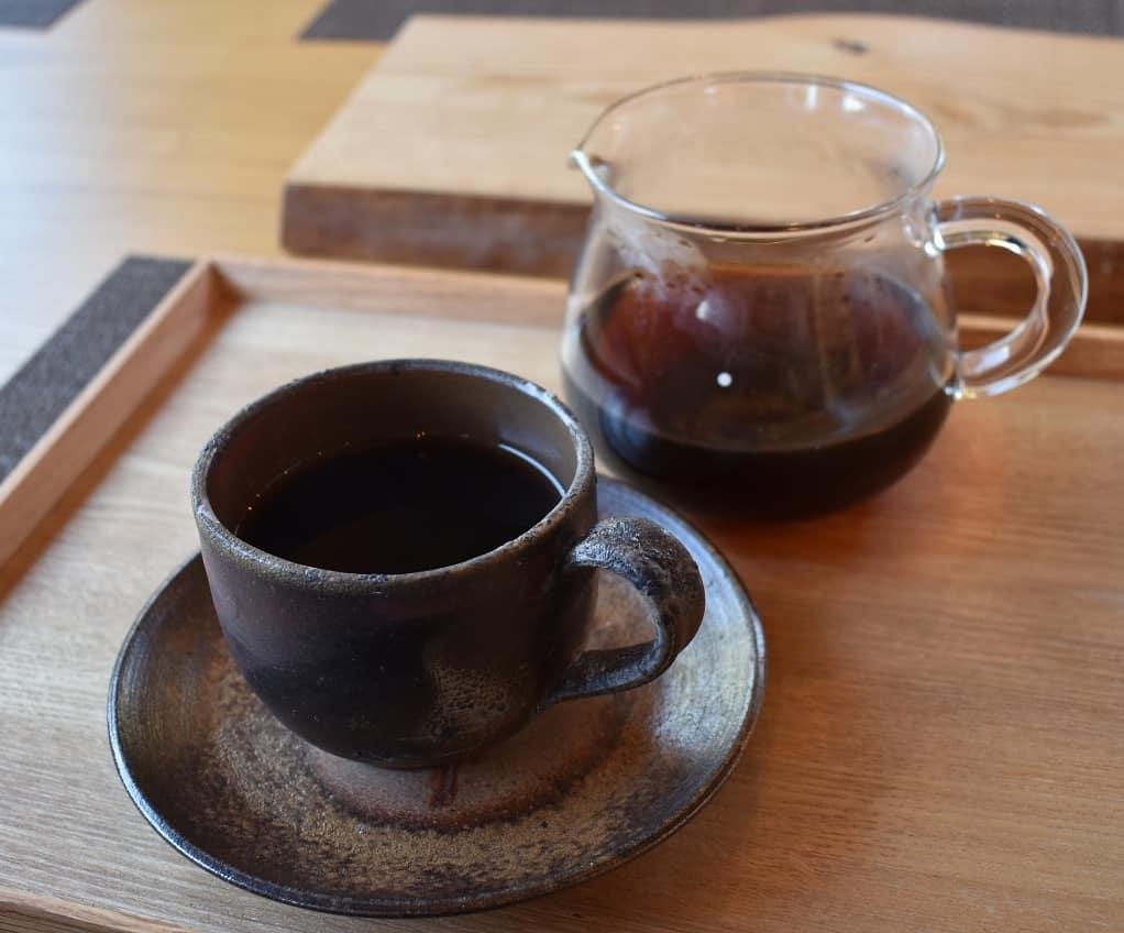 コーヒーが手元に届いたときの喜び!  私もこの瞬間が大好きです。 もちろんその前の過程も大事ですよね。  店内に入った途端にコーヒーの香りに包まれ、空いている席に座り注文をした後にコーヒー豆を挽く音が聴こえ、お湯を注ぐ音が聴こえて、やっとコーヒーが目の前に届く。  そんな小さいドラマがありますよ!  本日のコーヒーは ブルンジ アイスブレンド デカフェ  どのコーヒーもアイスコーヒーに出来ます。  是非お立ち寄り下さい。  皆様の1日が健やかで幸せにありますように そして今日出逢う珈琲が皆様に幸せを運べますように          # 喫茶店
