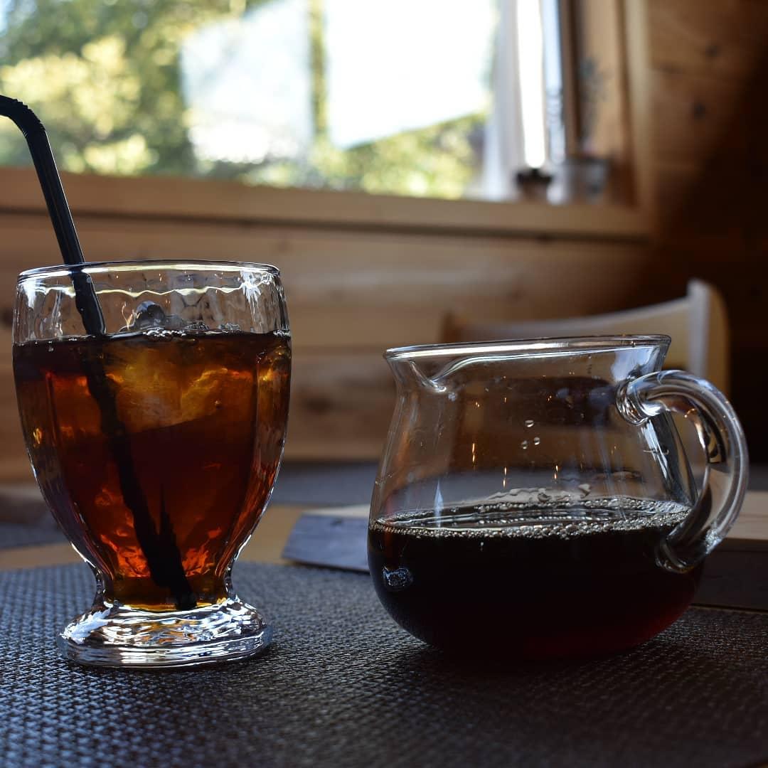 アイスコーヒーのブレンドを変更致しました。  いやーコーヒーは生き物ですね同じ銘柄を取り寄せて同じように焙煎をしても作物としての味の差は出ちゃうんですね  それなのでガラリと今年の?今の?アイスコーヒーブレンドに致しました。  メインの豆はエチオピアからタンザニアに変更です。  新しくなったアイスコーヒー是非お試しください。   # 喫茶店  #五家宝