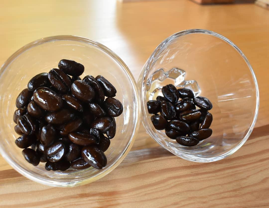 アイスコーヒーブレンド  タンザニア4 モカシダモ1  の割合です。 本日焙煎をしたのはアイスコーヒーの豆が無くなってきたからです。  別々に買っても良し! ブレンドを買っても良し!  タンザニアのアイスコーヒー モカシダモのアイスコーヒー ブレンドしたアイスコーヒー  3種類飲み比べることも楽しいと思いますよ  オンラインショップ是非ご利用ください。  今月いっぱいは2,400円以上お買い上げで送料無料となります。  是非ご利用ください。  皆様の週末に
