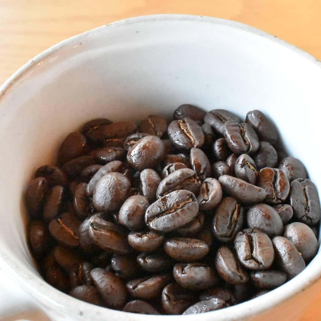 ブラジルのアイスコーヒー! 今スタッフ及び家族でブームが来ております。 お勧めするときには「ミックスナッツの様な香りがして甘みもありますよ。」とお話しするのですが、あまりご注文頂くこと少ないのです。 しかしながら、本日のコーヒーにブラジルがなると急に「このコーヒー買って帰れる?」なんて聞かれて豆のご注文が増える銘柄です。 今週金曜日に焙煎をする予定です。  本日から19時閉店になります。  オンラインショップでは焼きたての豆もご指定注文出来ます。確認次第郵便局クリックポストにてすぐに発送も致します。  20日迄の送料無料価格引き下げ期間是非ご利用ください。  グアテマラとのブレンドとても相性良いですし、ホットもアイスも美味しいです。  是非お試しあれ!   皆様の1日が健やかで幸せにありますように そして今日出逢う珈琲が皆様に幸せを運べますように