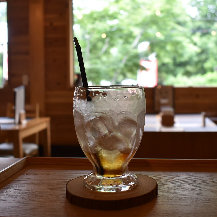 帰られたお客様がまだいるような余韻  飲み終えたアイスコーヒーの汗をかいたグラス  グラスを下げる前に楽しかった会話を思い出し心の中で 「行ってらっしゃい。」  そんな思いにふけるマスターです。 けして ごっこばかりではないのですよ。  グラスを下げるときにカランカラン音をたてる氷にも寂しさと愛しさを感じてしまいます。  是非お立ち寄りください。