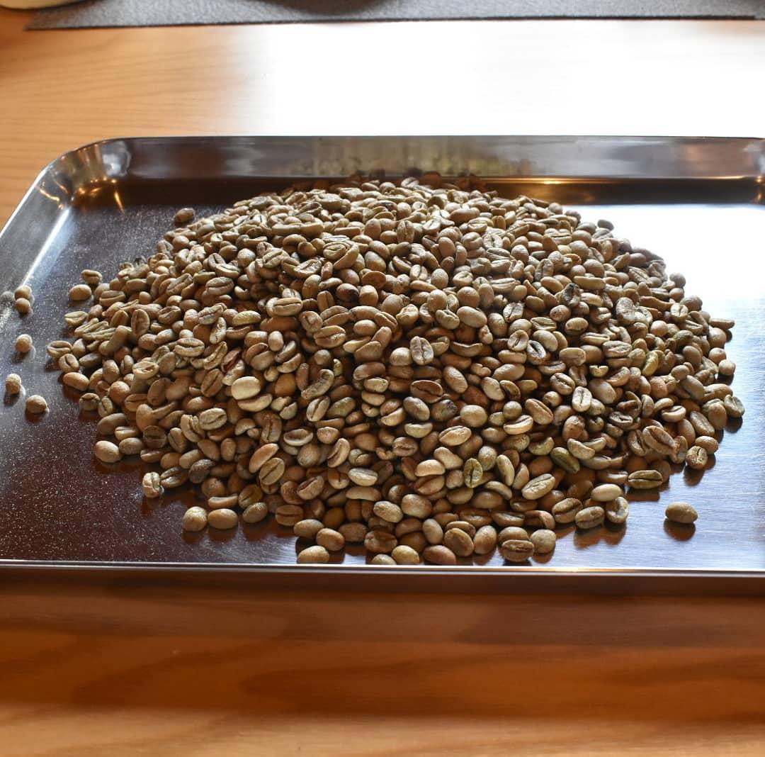 モカレケンプティ  芳ばしい香りと柔らかい酸味優しい甘みの銘柄です。 しかしながら、「本当は違う銘柄に切り替えたい。」と思い続けている銘柄です。 なにせ欠点豆が多いのです。 焙煎する前にハンドピックするのが大変時間がもの凄く掛かります。 トレーに広げた瞬間欠点豆がいくつも目に飛び込んできて「うわぁ~~」って思い、ハンドピック始めれば、次から次に出てくるのです。 経営面で言えば人件費掛かり過ぎの銘柄ですホントに原価高いですよ。  ですけどご指名の多い銘柄でご来店の度に毎回ご購入して頂いたり、毎週ご購入頂けるファンの付いている銘柄で、お客様の顔が目に浮かび、悲しませたらと思うと自分の都合で止められません。  お客様の笑顔のために、明日の焙煎に間に合わせてみせます。  焙煎をしてから2週間くらいすると甘味がキャラメルみたい風味を帯びて来るのですよ!  皆様どなたに届いても喜んで頂けるように今日も頑張りたいと思います。  是非皆様には  皆様の1日が健やかで幸せにありますように  そして今日出逢う珈琲が皆様に幸せを運べますように
