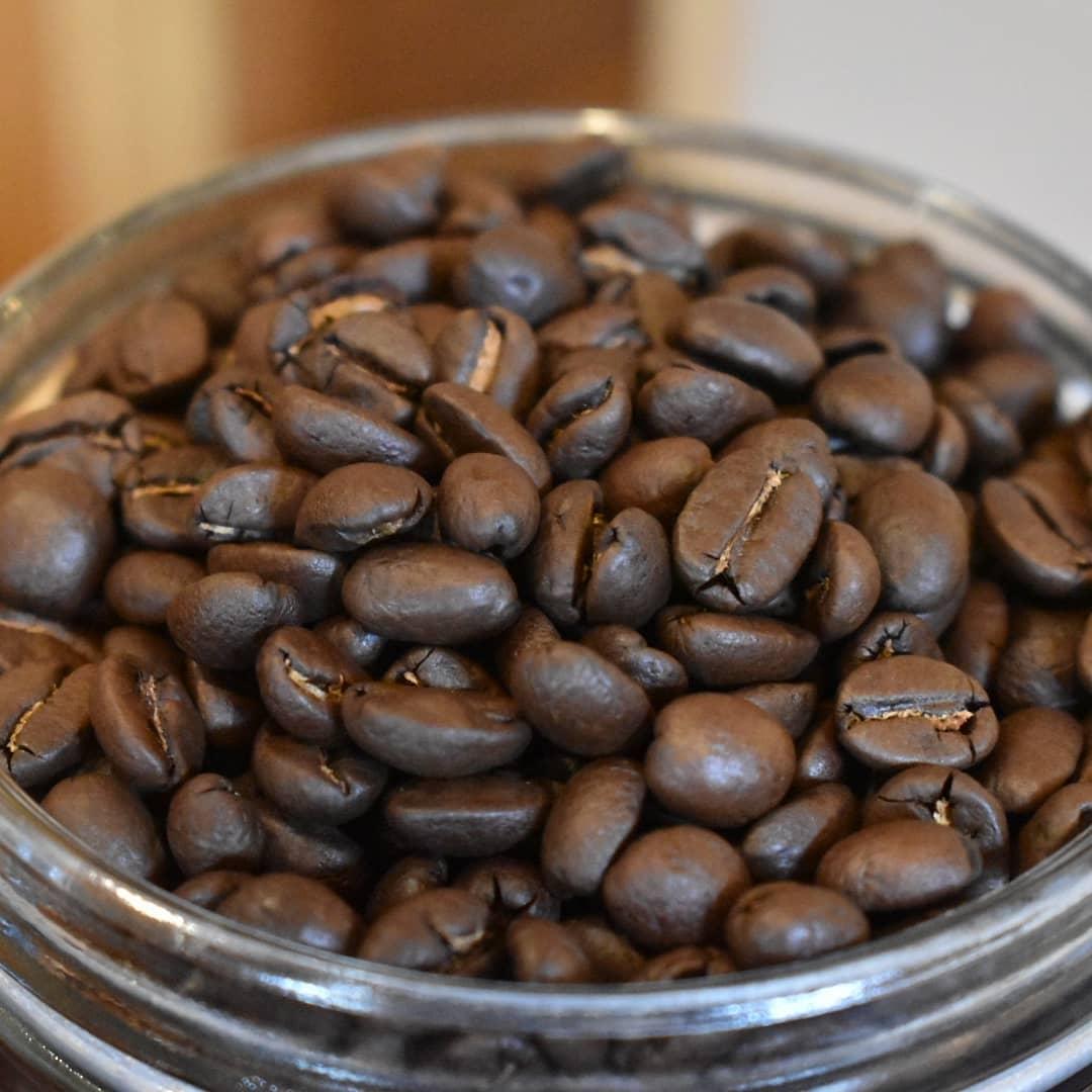 焙煎したての豆たち  オーガニックペルー 深炒り オーガニックペルー 浅炒り グアテマラ タンザニア モカシダモ  です。  お客様とお話ししていると、エルサルバドルのアイスコーヒーを飲まれた方が喜ばれていることを感じます。  お誘い合わせのうえアイスコーヒーの飲み比べ如何でしょうか?  1杯目 エルサルバドル 2杯目 アイスブレンド  今お勧めの鉄板メニューです。  どうぞお立ち寄り下さい。  オンラインショップの送料無料金額2,400円迄の引き下げ期間今月いっぱいなので終了間近になってまいりました。  この機会に是非ご利用下さい。  皆様には