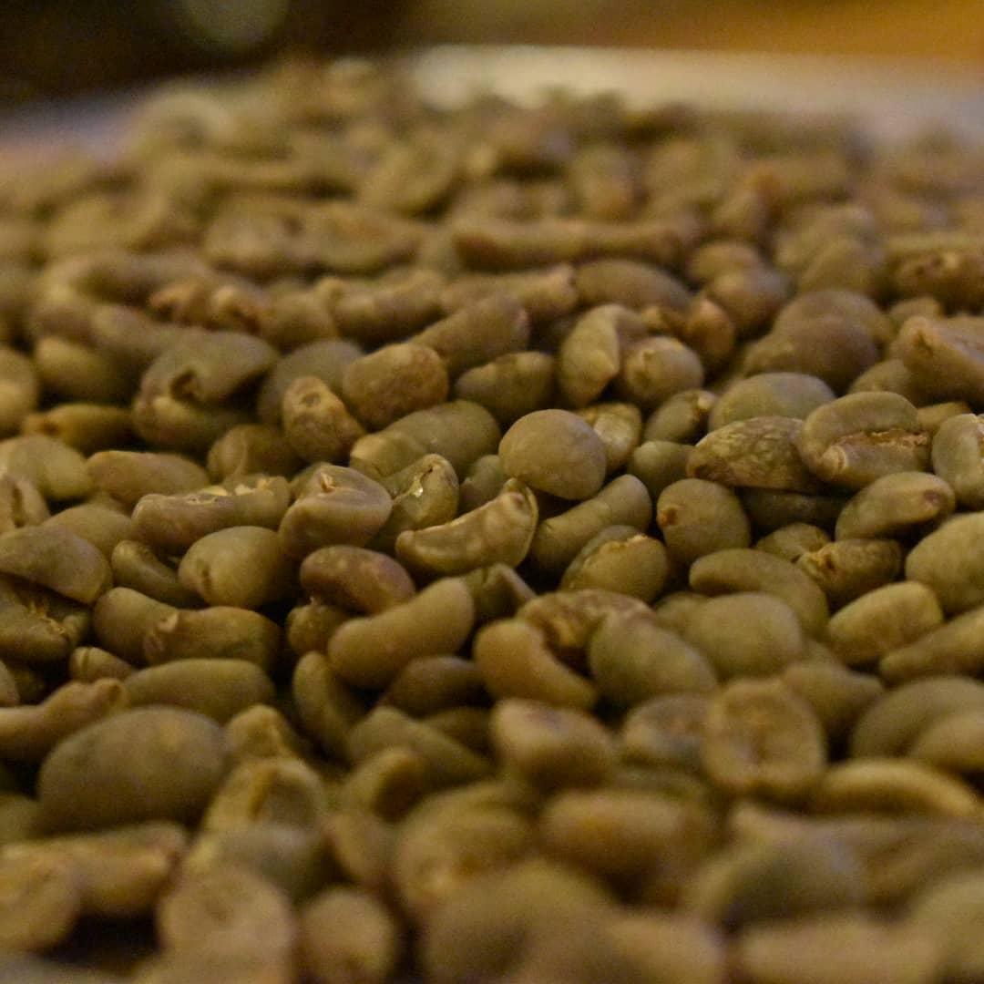 ハンドピックするには中々手強い相手です。  そこそこにやって手を抜ける性分でも無くて、何度も見直してしまいます。  空に近付いたビンとマンデリンを主体としたブレンドの をメニューに加えるためにコーヒー豆に向かい合っております。  金曜日には焙煎機に20kg近い生豆を投入する予定です。その前に頑張らねば!  楽しみにして下さいね。