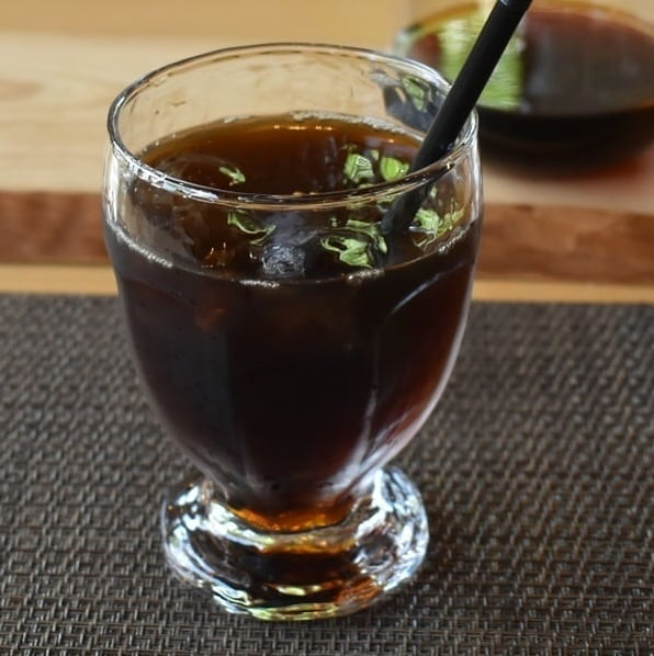 氷に落としてゆく急冷方式で淹れる方式が個人的に好きです。   正直に言うとまだ は苦手です。  好き・苦手で表現しているのは、味覚・嗅覚も個人差あるでしょうし、好みももちろん違う。 そのときの体調や気分で飲みたいコーヒーも変わりますよね。  飲みたいと思った味わいや、それを超えて来たと思えてきたコーヒー飲めたら幸せですよね。  コーヒーのみならずですけど、個人が幸せと感じていることに他人に否定される筋合いは御座いません。  しかしながら勧められたものを個人の好みで全否定して口もつけないのは、もったいない機会損失だと思います。  アレルギーがあるならば丁寧に説明をしてお断りするべきだと理解しています。  お勧めが幸せになってもらいたいという思いに溢れていると良いですよね。  是非皆様の日々には小さくても幸せがたくさん溢れていて頂きたいと思います。  話逸れましたね。 私はアイスコーヒー急冷式の方が好きというスタートでした。  珈琲工房香澄のアイスコーヒーは私の好みで急冷式です。 好き嫌いを除いたときのメリットは、 コーヒー豆があれば淹れられる注文を頂くことが出来る。 淹れたての香りが楽しめる。 コーヒー豆の中を通ったお湯だけで無くて氷が溶けたものもコーヒーに加わるのでスッキリした味わいになりやすい。  デメリットは 注文してから出てくるのが遅い。 溶ける氷の量が定量でないので、気付かなくても味は必ずバラつく。 なんてところでしょうか  当店ではカフェインレスブラジルのアイスコーヒーもご提供していますよ。  お客様の指定されたブレンドでもアイスコーヒー淹れられます。  是非この夏アイスコーヒー楽しんでみてください。  当店も含む色々なアイスコーヒーありますから