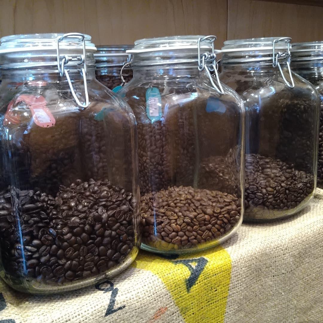 先の週末ではコーヒー豆をご購入頂いたお客様が多くありがとうございました。  店頭販売に加えてオンラインショップもたくさんご注文頂きました。  想像よりも早く豆が少なくなってしまいました。 ご購入希望の豆が足りないとご迷惑をお掛けしてしまうので、今朝から焙煎の準備を急いで進めております。  こんな嬉しい悲鳴ありがとうございます。  どうぞ宜しくお願い致します。