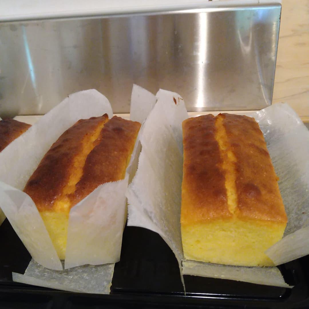焼き上がりました。  本日の午後のおやつタイムに食べ頃のパウンドケーキと当店のアイスコーヒー如何でしょうか?  焼き立ては香りがたまりませんよ