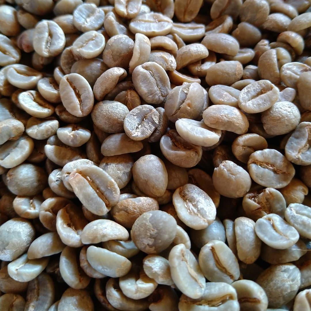 本日は またまたコーヒー豆との格闘です。 焙煎予定は   余裕があったら    あれっトータルで24キロまで行きそう  頑張ります。  オンラインショップの設定も焙煎機の暖機運転のときにやりますね。  楽しみにお待ち下さい。